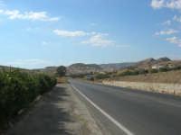 il paese, in lontananza, visto dalla strada - 7 settembre 2007  - Siculiana (2745 clic)