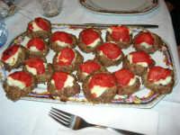 Le polpette di Maria, ricoperte di ricotta e salsa di pomodoro - 8 marzo 2006   - Alcamo (2883 clic)