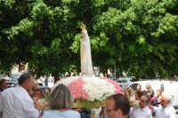 Piano Santa Maria - la statua della Madonna di Fatima, portata in processione, sta per rientrare nella Chiesa di S. Maria del Gesù - 17 maggio 2008  - Alcamo (1237 clic)