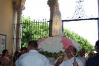 la statua della Madonna di Fatima, portata in processione, sta per rientrare nella Chiesa di S. Maria del Gesù - 17 maggio 2008  - Alcamo (1432 clic)
