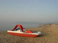 c/da Canalotto - sera - pedalò in riva al mare - 22 luglio 2007  - Alcamo marina (997 clic)