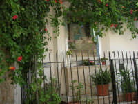 a spasso per la città: in via Madonna dell'Altomare un altare dedicato alla Madonna - 6 giugno 2007  - Alcamo (1073 clic)