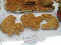 Sagra delle ciliege - lo stand del Panificio Vellino: pani di San Giuseppe e ranza e ciura - 17 giugno 2007  - Chiusa sclafani (2002 clic)