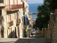discesa al porto: scalinata adiacente alla villa - 19 agosto 2007  - Castellammare del golfo (691 clic)
