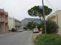 Dalla strada che attraversa il paese si può ammirare il monte Erice - 25 aprile 2006  - Valderice (1977 clic)