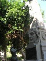 all'interno della villa il monumento dedicato ai caduti di tutte le guerre (gruppo bronzeo ricostruito da alcuni concittadini d'America il 12 agosto 1979) - particolare - 19 agosto 2007  - Castellammare del golfo (593 clic)