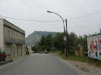Dalla strada che attraversa il paese si può ammirare il monte Erice - 25 aprile 2006  - Valderice (1754 clic)