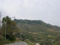 Dalla strada, appena fuori dal paese, si può ammirare il monte Erice - 25 aprile 2006  - Valderice (1908 clic)