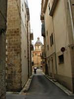 Per le vie di Alcamo: via Madonna dell'Alto e cupola della Basilica di Santa Maria Assunta - 25 aprile 2005  - Alcamo (1822 clic)