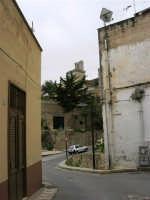 Per le vie di Alcamo: via S. Vituzzo e via Plutarco; al centro il campanile della Chiesa Annunziata - 25 aprile 2005  - Alcamo (2272 clic)