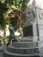 all'interno della villa il monumento dedicato ai caduti di tutte le guerre (gruppo bronzeo ricostruito da alcuni concittadini d'America il 12 agosto 1979) - particolare - 19 agosto 2007  - Castellammare del golfo (606 clic)