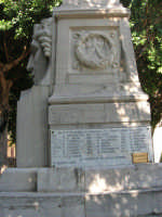all'interno della villa il monumento dedicato ai caduti di tutte le guerre (gruppo bronzeo ricostruito da alcuni concittadini d'America il 12 agosto 1979) - particolare - 19 agosto 2007  - Castellammare del golfo (619 clic)