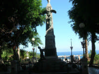 all'interno della villa il monumento dedicato ai caduti di tutte le guerre (gruppo bronzeo ricostruito da alcuni concittadini d'America il 12 agosto 1979) - 19 agosto 2007  - Castellammare del golfo (610 clic)