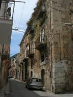 a spasso per la città: via Quindici Maggio, angolo via Caldiero - 6 giugno 2007  - Alcamo (1050 clic)