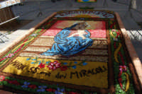 infiorata in onore di Maria SS. dei Miracoli - Piazza Ciullo - 8 giugno 2008  - Alcamo (887 clic)