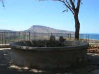 vasca all'interno dei giardini pubblici - panorama del monte Erice e golfo di Bonagia - 6 settembre 2007  - Custonaci (1136 clic)