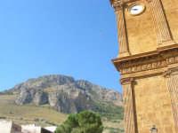 la montagna, il volo di una colomba e particolare della facciata della Chiesa di San Giuseppe - 19 agosto 2007  - Castellammare del golfo (823 clic)