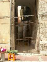 a spasso per la città: il cancello di un cortile della via Armando Diaz - 6 giugno 2007  - Alcamo (770 clic)