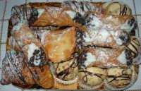 pasticceria mignon: cassatedda, cannoli, sfogliatine, bocconcini con crema alle mandorle - 2 luglio 2006  - Alcamo (12220 clic)