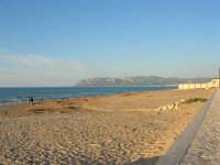 La spiaggia tra la Battigia e la Tonnara - 8 maggio 2005  - Alcamo marina (5740 clic)