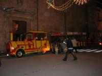 Il trenino in sosta nel corso 6 Aprile, dinanzi alla Chiesa di Sant'Oliva, sta per fare il prossimo giro per far felici i bambini! - 23 dicembre 2005   - Alcamo (1434 clic)