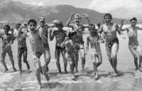 felici ed insaponati con la schiuma del mare! - 1963  - Alcamo marina (6118 clic)