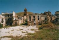 Ruderi del paese distrutto dal terremoto del gennaio 1968 - La piazza - 21 maggio 2004  - Poggioreale (4776 clic)