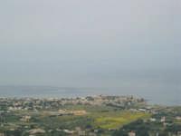 Dalla strada, appena fuori dal paese, uno sguardo sul litorale - 25 aprile 2006  - Valderice (1947 clic)