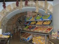 piazza Mercato - interno della bottega del fruttivendolo sig. Faraci - 17 luglio 2007  - Alcamo (2336 clic)