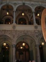 Il Barocco siciliano. Cortile di palazzo nel centro storico - 1 ottobre 2005   - Trapani (1645 clic)