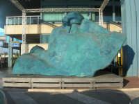 Aeroporto Internazionale di Palermo Falcone e Borsellino - sculture scenografate di IGOR MITORAY - 19 agosto 2007  - Cinisi (1747 clic)