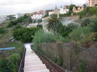 via Lungaro: la scalinata per scendere al Santuario di Maria SS. dei Miracoli - 3 giugno 2006  - Alcamo (1190 clic)