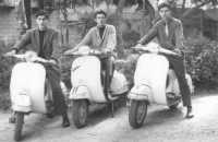 all'interno della villa di piazza Bagolino: amici in Vespa - 1967  - Alcamo (9174 clic)