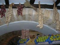 piazza Mercato - interno della bottega del fruttivendolo sig. Faraci: cipolle, aglio ed origano appesi ad una trave - 17 luglio 2007  - Alcamo (2304 clic)