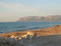 Spiaggia e mare dalla Tonnara verso Balestrate - 8 maggio 2005  - Alcamo marina (2748 clic)