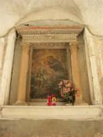 a spasso per il paese: edicola votiva dedicata a Sant'Antonino - una piccola rondine in visita si è posata sul cornicione - 17 giugno 2007  - Chiusa sclafani (1123 clic)