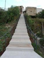 via Lungaro: la scalinata per scendere al Santuario di Maria SS. dei Miracoli - 3 giugno 2006  - Alcamo (1160 clic)