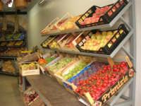 piazza Mercato - interno della bottega del fruttivendolo sig. Faraci - 17 luglio 2007  - Alcamo (2404 clic)