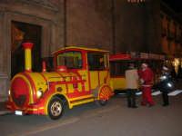 Il trenino in sosta nel corso 6 Aprile, dinanzi alla Chiesa di Sant'Oliva, sta per fare il prossimo giro per far felici i bambini! - 23 dicembre 2005   - Alcamo (1507 clic)