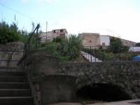 dalla via Lungaro: la scalinata per scendere al Santuario di Maria SS. dei Miracoli - 3 giugno 2006  - Alcamo (1158 clic)