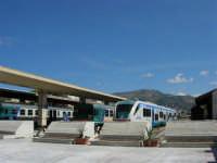 La stazione ferroviaria e veduta del monte Erice - 2 ottobre 2005   - Trapani (1688 clic)