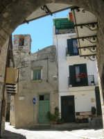 a spasso per il paese: da sotto l'arco, via Salita Teatro ed un vecchio campanile - 17 giugno 2007  - Chiusa sclafani (1135 clic)