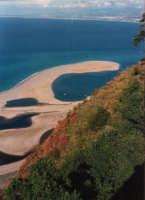 Dal promontorio vista sui laghi: sono chiamati così i piccoli specchi d'acqua compresi tra i cordoni litoranei sabbiosi che qui si sono formati in seguito ai movimenti del mare - giugno 1993  - Tindari (8536 clic)