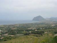 Dalla strada, appena fuori dal paese, uno sguardo sul litorale sino al monte Cofano - 25 aprile 2006  - Valderice (2079 clic)