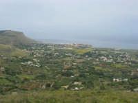 Dalla strada, appena fuori dal paese, uno sguardo sul litorale - 25 aprile 2006  - Valderice (2088 clic)