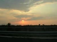 inseguendo un tramonto sull'autostrada A-29 Palermo - Mazara del Vallo, tra gli svincoli di Terrasini (PA) ed Alcamo (TP) - 25 aprile 2007  - Castellammare del golfo (760 clic)