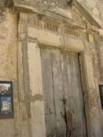 a spasso per il paese: portone dell'ex chiesa all'interno del cortile del Castello di Matteo Sclafani - 17 giugno 2007  - Chiusa sclafani (1014 clic)