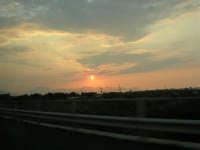 inseguendo un tramonto sull'autostrada A-29 Palermo - Mazara del Vallo, tra gli svincoli di Terrasini (PA) ed Alcamo (TP) - 25 aprile 2007  - Castellammare del golfo (744 clic)