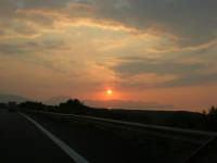 inseguendo un tramonto sull'autostrada A-29 Palermo - Mazara del Vallo, tra gli svincoli di Terrasini (PA) ed Alcamo (TP) - 25 aprile 2007  - Castellammare del golfo (978 clic)