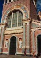 La facciata del Santuario, dove si venera un'antica immagine della Madonna, una statua bizantina, ritenuta miracolosa - giugno 1993  - Tindari (2978 clic)